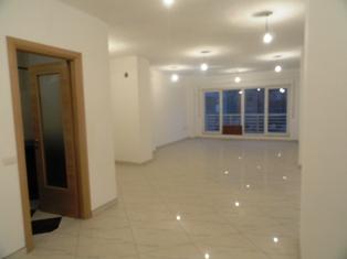 Zyre me qera ne rrugen Fadil Rada afer ATSH ne Tirane, (TRR-101-34)