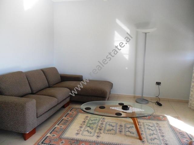 Apartament 2+1 me qera afer Gardes se Republikes ne Tirane, (TRR-1012-12)