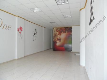 Dyqan me qera ne rrugen Reshit Petrela ne Tirane (TRR-318-67R)