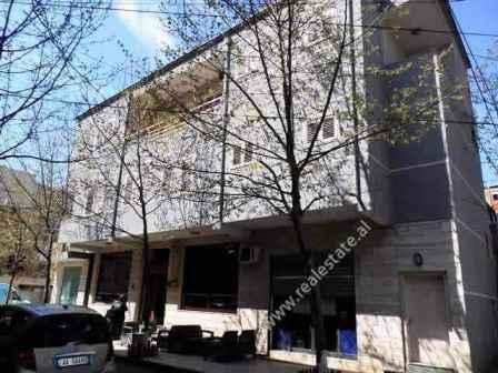 Zyre me qera shume prane rruges Bardhyl ne Tirane (TRR-318-78L)