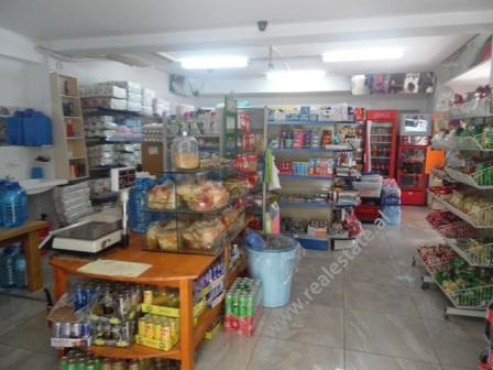 Dyqan per shitje prane rruges se Durresit ne Tirane, (TRS-618-41d)