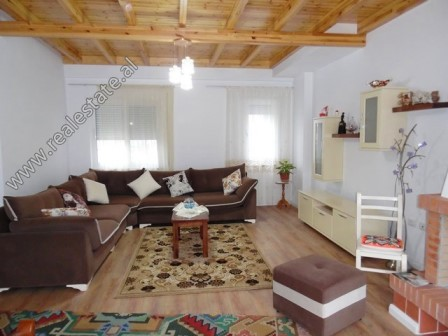 Apartament dupleks me qera prane Liqenit te Thate ne Tirane (TRR-119-7L)