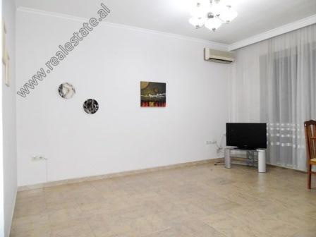 Apartament 1+1 me qera ne Zonen e Bllokut ne Tirane (TRR-119-17L)