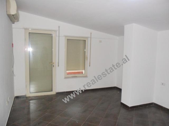 Apartament 4+1 me qera te Liqeni i Thate ne Tirane (TRR-313-45)