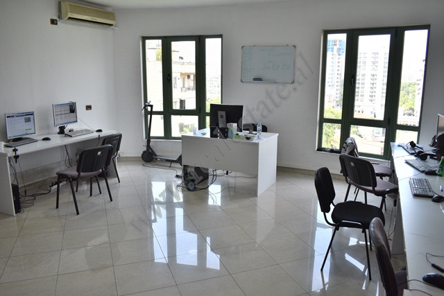 Ambjent per zyra me qira prane Bulevardit Deshmoret e Kombit ne Tirane