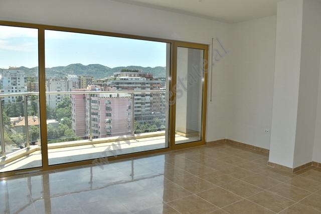 Ambient zyre me qira prane Bulevardit Deshmoret e Kombit ne Tirane