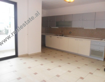 Me nje siperfaqe 85 m2, apartamenti ofron 2 dhoma gjumi, sallon i madh i bashkengjitur me kuzhinen,