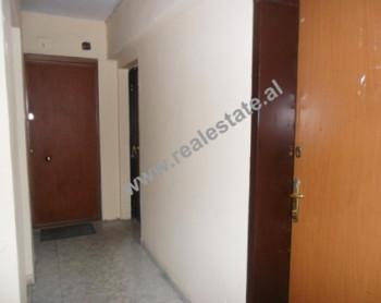 Apartament per zyra ne shitje ne rrugen Andon Zako Cajupi ne Tirane. Ambjenti pozicionohet ne te gji