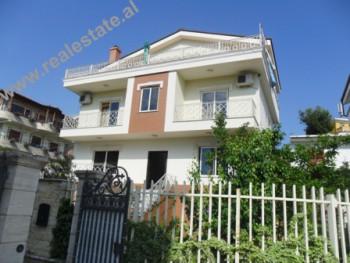 Vile 3-kateshe me qera ne Tirane. Me siperfaqe 132 m2 ne cdo kat, villa pozicionohet ne nje lagje te