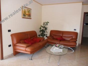 """Apartament 2+1 me qera prane Gjimnazit """"Petro Nini Luarasi"""" ne Tirane. Apartamenti ndod"""