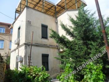 Vile 2-kateshe me qera per biznes prane Fakultetit te Shkencave te Natyres ne Tirane. Vila ndodhet
