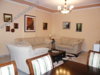 Apartament 3+1 me qera prane zones se ish-Bllokut ne Tirane. Apartamenti ndodhet ne nje lagje mjaft