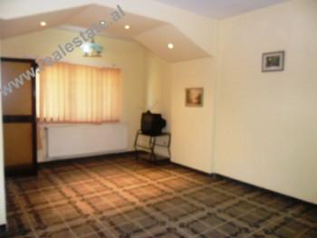 Apartament 3+1 me qera pas Spitalit Gjerman ne Tirane. Apartamenti ndodhet ne katin e pare te nje p