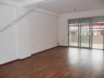 Apartament 3+1 me qera prane Liqenit Artificial te Tiranes. Apartamenti ndodhet ne katin e V-