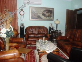 Apartament 3+1 ne shitje te Posta Nr.8 ne Tirane. Apartamenti ndodhet ne katin e V-te nje pallati e