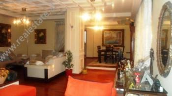 Apartament luksoz 3+1 me qera ne qender te Tiranes. Apartamenti ndodhet ne nje nga rruget kryesore