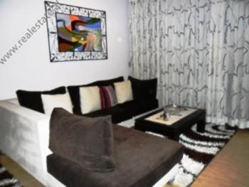 Apartament 2+1 me qera ne rrugen Ndreko Rino ne Tirane. Banesa ndodhet ne nje nga lagjet me te pref