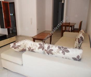 Apartament me qera ne rrugen Kolombo ne Tirane. Apartamenti ndodhet ne katin e 2 te kompleksi Kolom