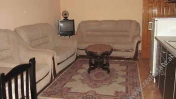 Apartament 2+1 me qera prane rruges Myslym Shyri ne Tirane.  Pozicionohet ne katin e IV-rt te nje
