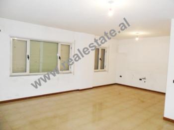 Apartament per zyra me qera ne rrugen e Elbasanit ne Tirane. Apartamenti ndodhet ne katin e 10-te n