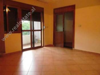 Apartament me qera ne rrugen e Barrikadave ne Tirane. Ambjenti ndodhet ne katin e II-te te pallatit