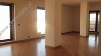 Ambjent per zyra me qera ne Tirane. Apartamenti ndodhet ne zemer te qytetit, prane rrugeve kryesore