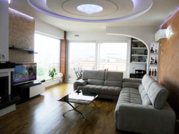 Apartament 3 + 1 me qera ne rrugen Peti ne Tirane. Apartamenti ndodhet ne katin e katert te nje pal