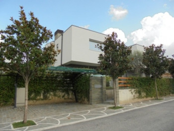 Modern villa for rent in Lunder Village in Tirana.The villa lies on a plot of 302sqm, with 186sqm of