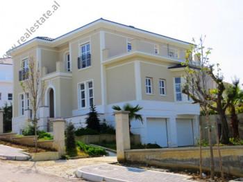 Vile me qera ne nje kompleks residencial vilash ne periferi te Tiranes. Kompleksi i vilave mbahet s