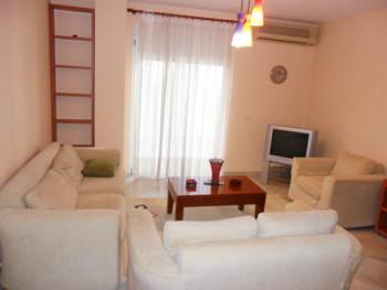 Apartament 2 + 1 me qera ne rrugen Liqeni I Thate ne Tirane. Apartamenti ndodhet ne katin e 2-te ne