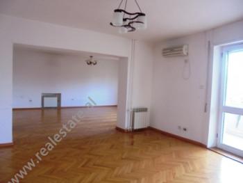 Zyra me qera ne rrugen Skenderbeg ne Tirane.Ambjenti perfshin dy apartamente te cilet aktualisht jan
