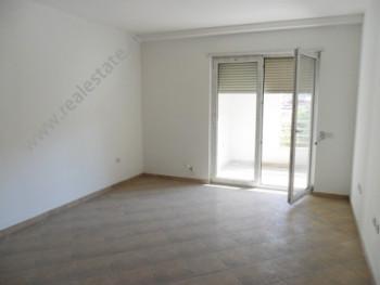 Apartament per zyra me qera prane Fakultetit Ekonomik te Tiranes. Ndodhet ne katin e 4-rt ne nje pa