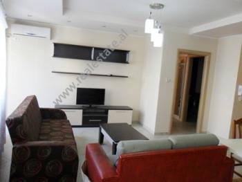 Apartament me qera prane rruges se Saraceve ne Tirane. Ndodhet ne katin e 4-rt ne nje pallat te ri,