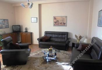 Apartament per qera ne rrugen Sulejman Delvina ne Tirane.Apartamenti pozicionohet ne katin e 3-te te