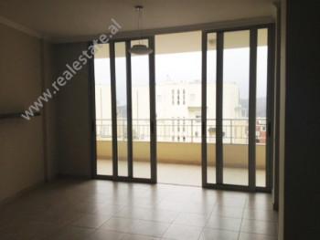 Apartament me qera ne rrugen Peti ne Tirane. Ndodhet ne katin e 3-te ne nje pallat te ri. Banesa k