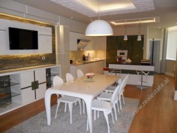 Apartament modern me qera prane Bulevardit Bajram Curri.Pozicionohet ne dy katet e fundit te nje pal