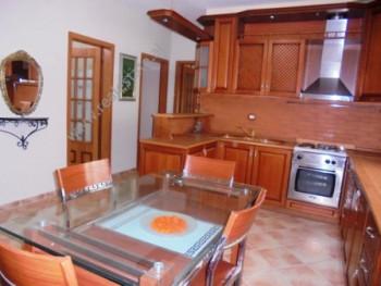Apartament me qera ne rrugen Myslym Shyri ne Tirane. Ne nje nga zonat me te qeta e te preferuara te