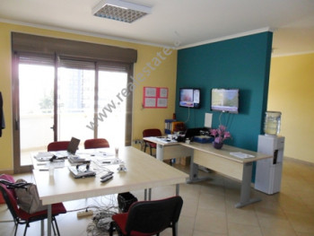 Apartament per zyra me qera ne rrugen Urani Pano ne Tirane. Ambjenti ndodhet ne katin e 6-te ne nje