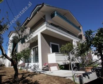 Vile me qera ne rrugen Ali Visha ne Tirane. Vila eshte e perbere nga 3 kate me baze 170 m2 per cdo