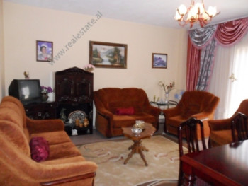 Apartament per shitje ne rrugen e Bogdaneve ne Tirane. Pozicionohet ne katin e 2-te ne nje pallat t