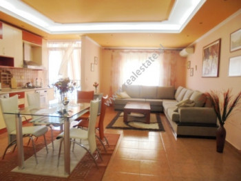 Apartament 3+1 me qera prane Lulishtes tek Komuna e Parisit ne Tirane.  Pozicionohet ne katin e 9-