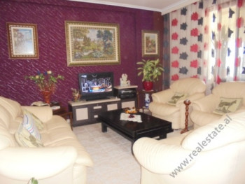 Apartament 2+1 ne shitje prane Zogut te Zi ne Tirane. Pozicionohet ne katin e 5-te te nje pallati t