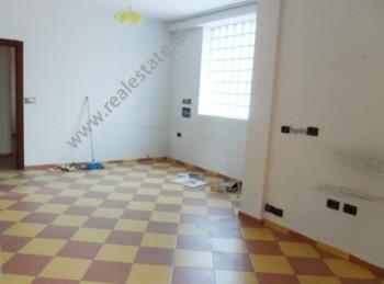 Apartament 1 + 1 per zyra me qera prane fillimit te rruges Zenel Baboci ne Tirane. Ndodhet ne katin