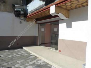 Dyqan me qera prane Prokurorise se Tiranes. Ndodhet ne katin perdhe te nje pallati ekzistues buze r