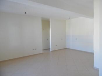 Me nje hapesire prej 100 m2 ofron: 1 dhome ndenje, 2 dhoma gjumi, hapsire per kuzhine, 2 tualete, ba
