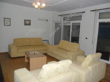 Apartament me qera ne fillimin e rruges Shyqyri Brari ne Tirane. Pozicionohet ne katin e 6-te ne nj