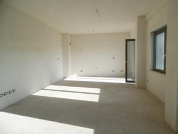 Apartament 2+1 per shitje te Ring Center ne zonen e Zogut te Zi ne Tirane. Pallat i ndertuar posace