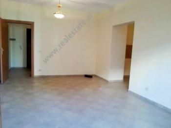 Apartament 2 + 1 me qera ne rrugen Kostandin Kristoforidhi ne Tirane. Pozicionohet ne katin e 2-te