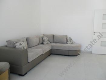 Apartament me qera ne fillimin e rruges Mine Peza ne Tirane. Ndodhet ne katin e 5-te ne nje pallat