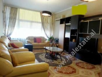 Apartament me qera prane rruges Xhorxh Bush ne Tirane. Ndodhet ne katin e 4-rt ne nje ndertese te n